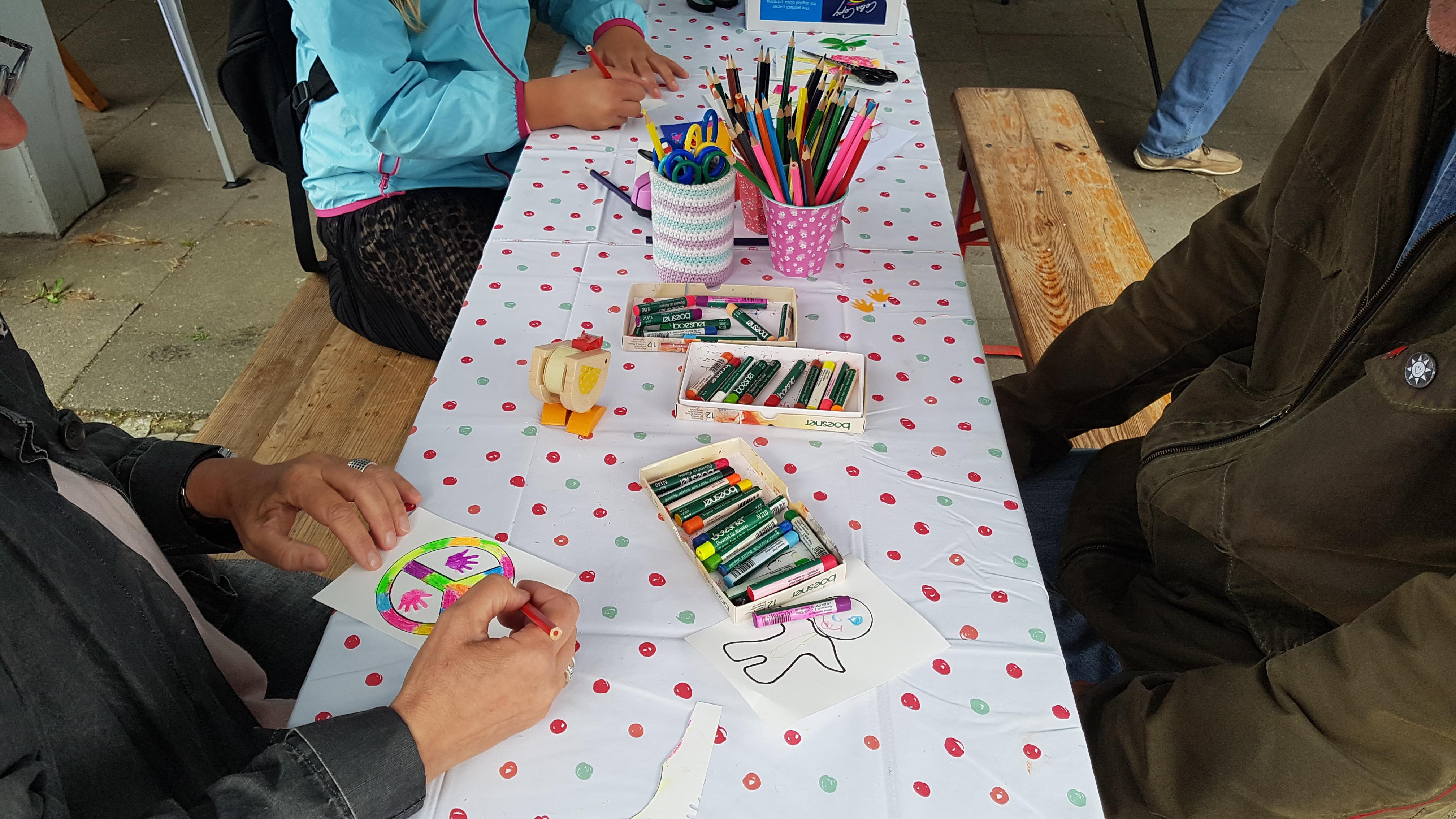 Demokratie-Kunstaktion mit den KünstlerInnen Frau Block und Frau Haß auf dem Wellingdorfer Stadtteilfest
