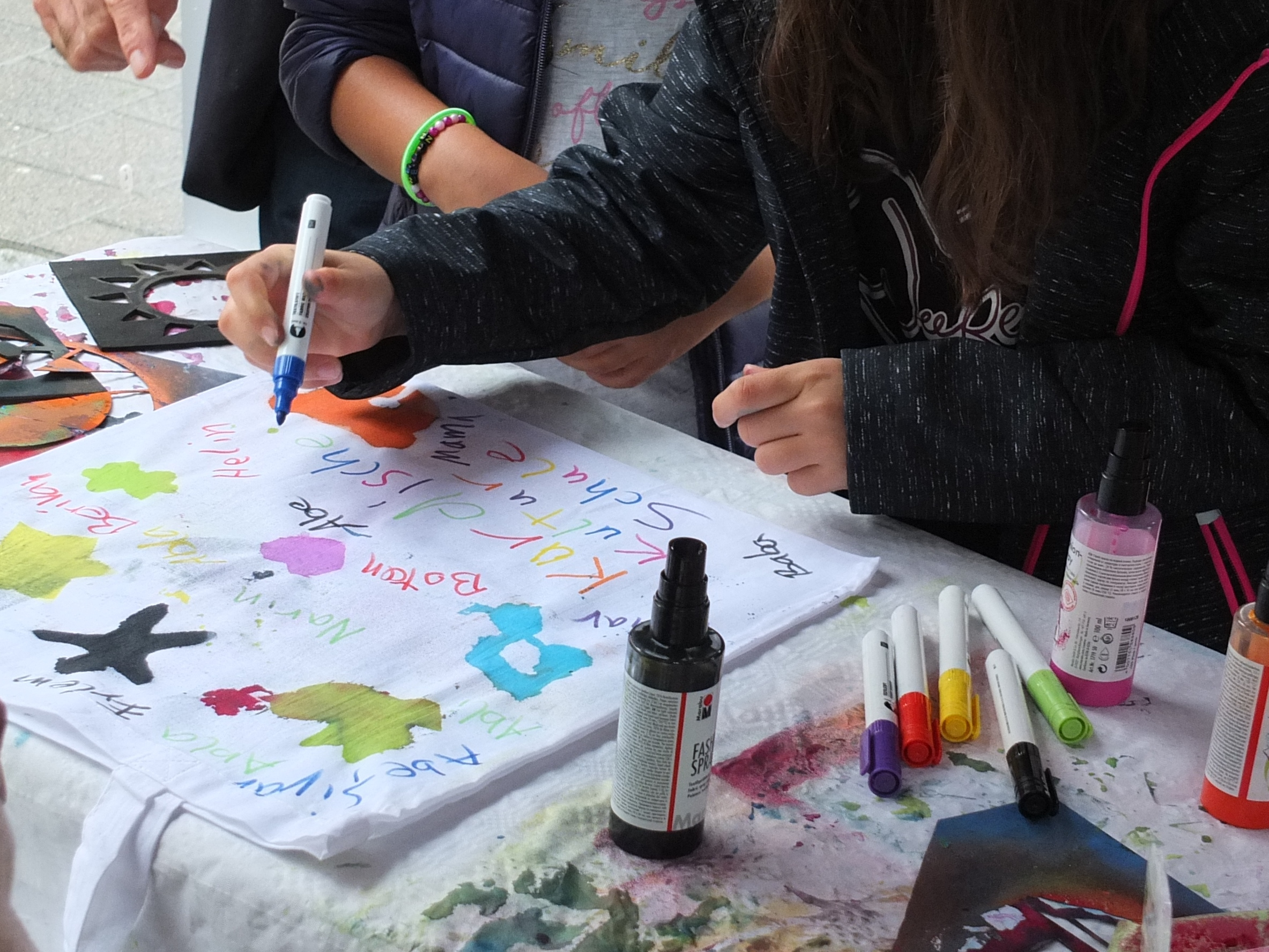 Gestaltung von Demokratie-Beuteln auf dem Wellingdorfer Stadtteilfest